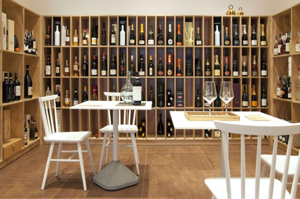 Arredamento per enoteca idea d 39 immagine di decorazione for Arredamento wine bar
